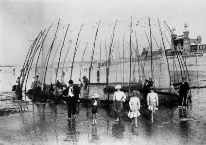 [Clio Team] 1900 1910 Seeberger photographes La plage de Dieppe, famille posant devant les tessures The beach of Dieppe, family posing in front of tessures
