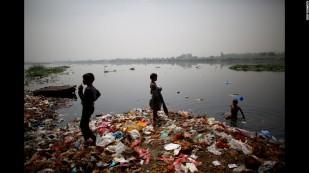 Enfants ramassant les déchets pour vivre en Inde