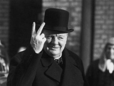Le premier ministre anglais Wiston Churchill faisant le doigt d'honneur anglais (probable photomontage)...