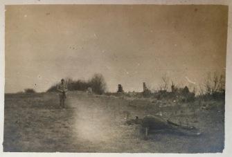 La légende de la photo indique que le cheval a été tué par la chute d'un obus de 88 autrichien et que son cavalier a été blessé