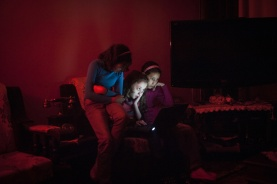 Trois amies préparent une chorégraphie lors d'une coupure de courant.