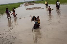 Des enfants Rohingyas fuient vers le Bangladesh