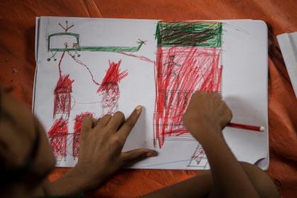 Un enfant Rohingya dessine son village attaqué par un hélicoptère de l'armée birmane