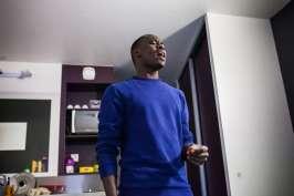 Ahmed dans sa chambre, au foyer Adoma de Vichy, s'entraine à chanter, en vue des concerts que les Soudan célestin music donneront à la fête de l'humanité et à Culture au quai. Le 11 septembre 2017