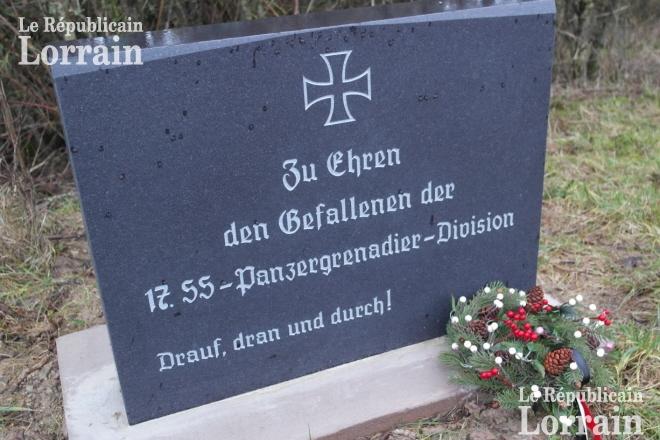 la-stele-en-l-honneur-des-ss-avec-leur-devise-drauf-dran-und-durch-(-tete-baissee-)-a-ete-erigee-sur-une-parcelle-privee-d-un-village-du-pays-de-bitche-photo-rl-1515017432
