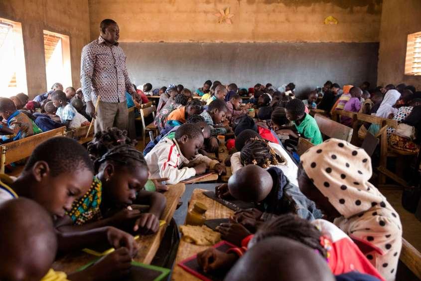Maxime Sou, enseignant, gère une classe de CE2 de 132 élèves dans l'école Koua C de Bobo Dioulasso.