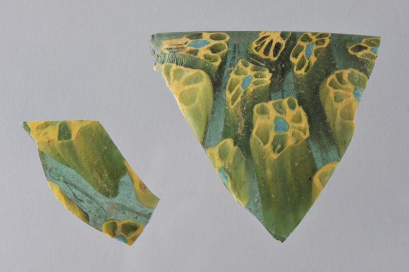 fragment de coupe en pâte de verre dit « millefori » ou verre mosaïqué d'origine italienne.