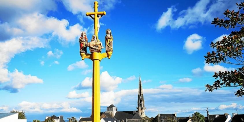 la-croix-du-cimetiere-fraichement-repeinte-selon-des_4167887