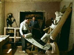 7780477340_howard-carter-arthur-callender-et-un-travailleur-egyptien-enveloppant-une-statue-pour-le-transport-29-novembre-1923