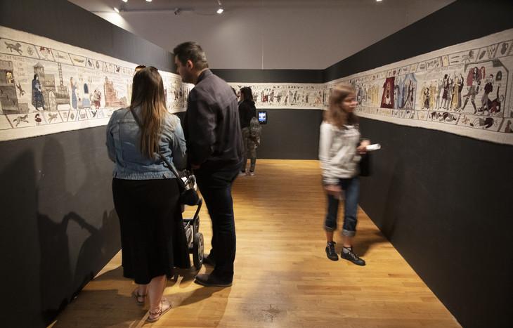 visiteurs-admirent-immense-tapisserie-concuerendre-hommage-serie-Game-Thrones-5-juillet-2019-musee-Belfast-Irlande-Nord_3_730_467