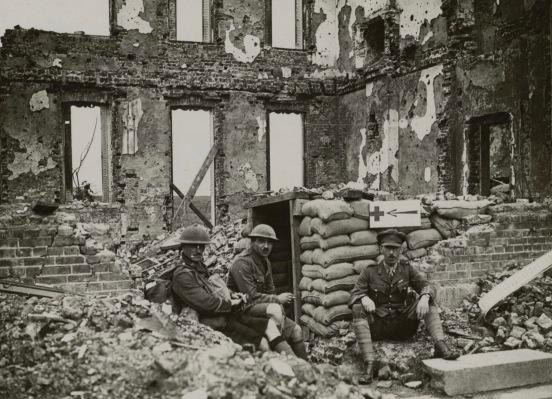 Les Anglais dans les ruines d'ecoust en juillet 1917